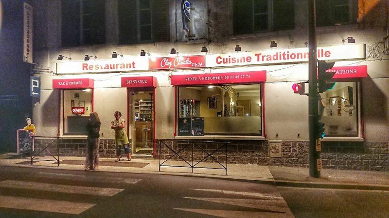 La façade éclairée de nuit du restaurant